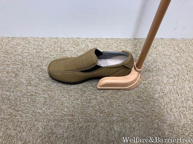 玄関で座らずにOK・立位で使える脱ぎ履きできる自立タイプの靴べら・玄関入口や診察室にも!